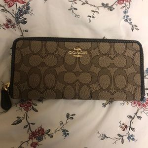 Coach Zip Wallet (New w/o tags)
